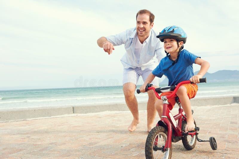学会骑自行车 免版税库存照片