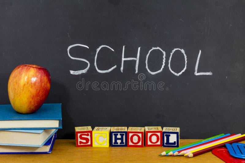 学会abc的学校阻拦苹果课本读书 库存照片
