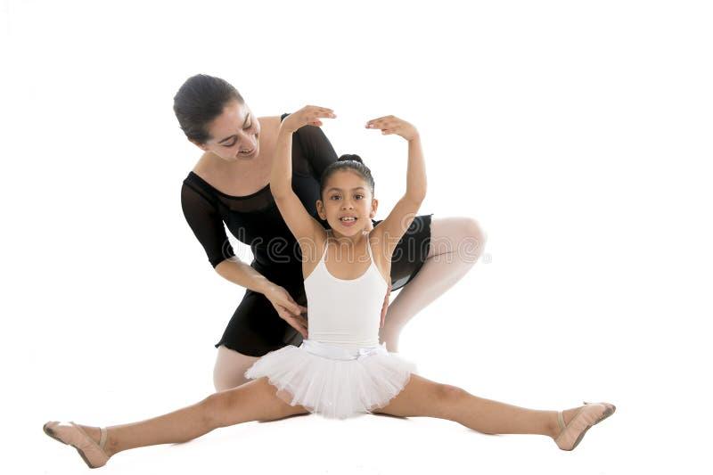 学到与芭蕾老师的年轻小女孩芭蕾舞女演员舞蹈课 免版税图库摄影