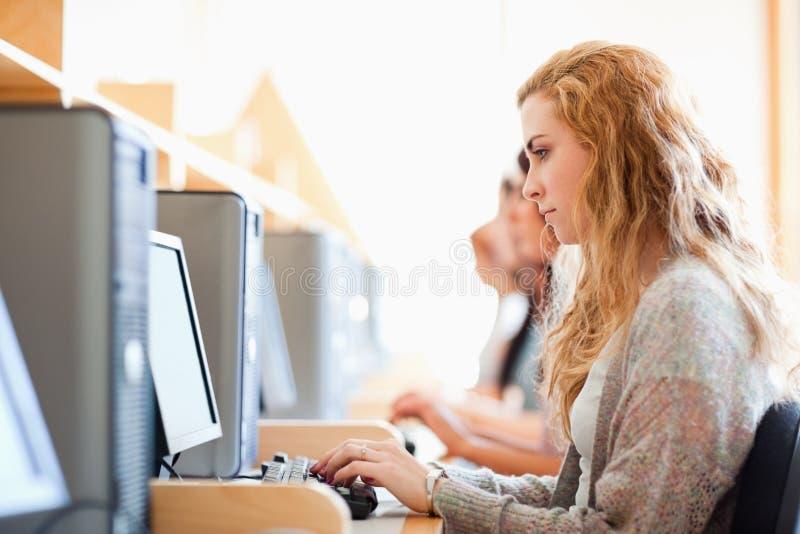 学员与计算机一起使用 免版税库存图片