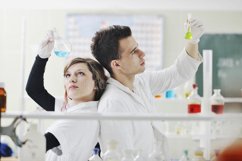 学员在实验室耦合 库存照片
