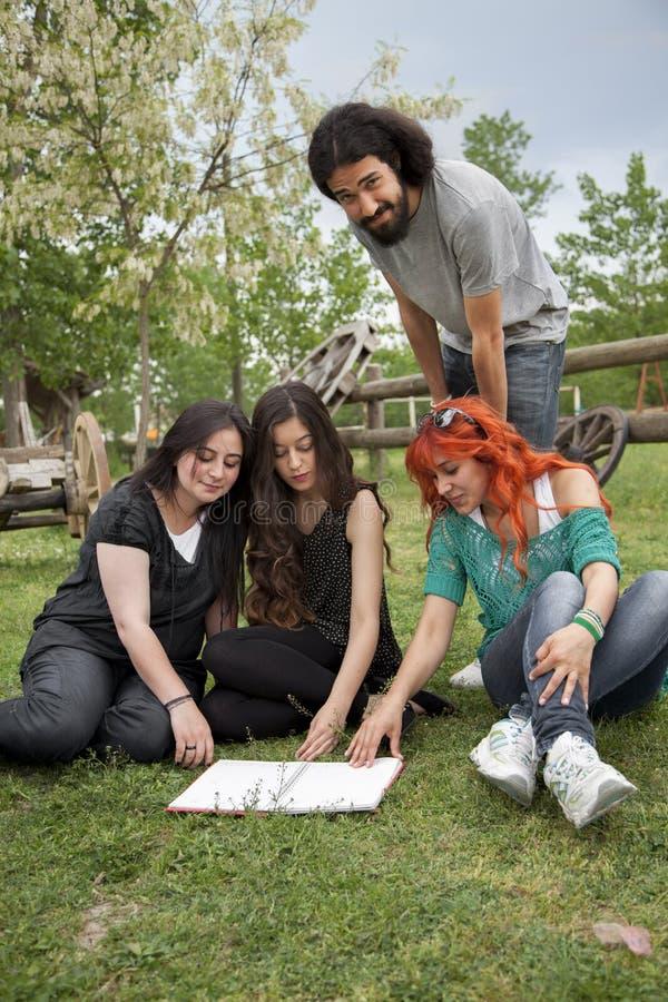学员在庭院里 免版税图库摄影