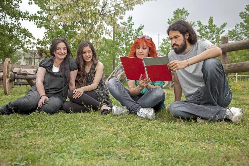 学员在庭院里 免版税库存图片