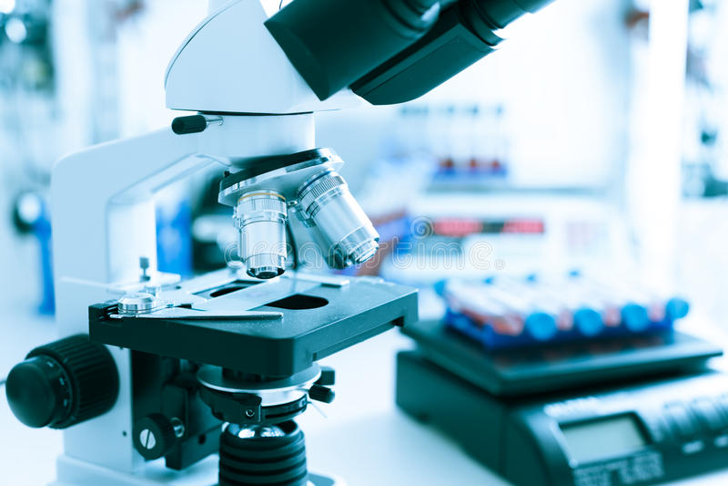 医学实验室显微镜 免版税库存照片