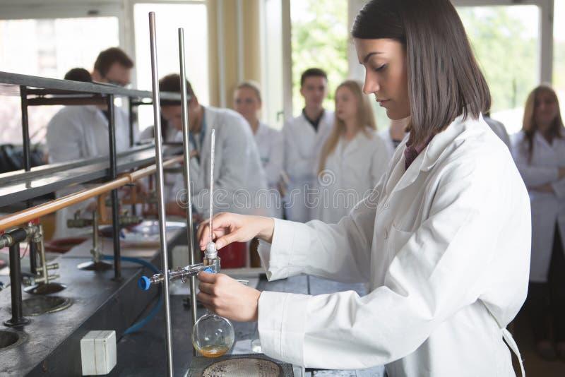 年轻医学开发商配药研究员 妇女天才chemistUniversity教授 实习生 p的开发的新的医学 免版税库存照片