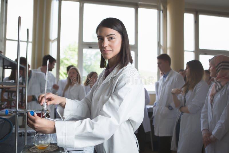 年轻医学开发商配药研究员 妇女天才chemistUniversity教授 实习生 p的开发的新的医学 库存图片