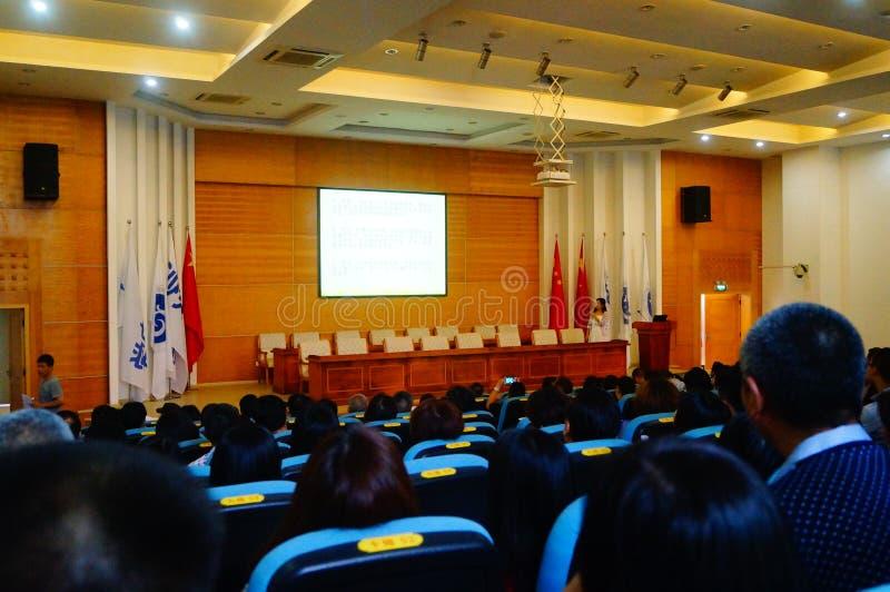 学校举行了在心理卫生教育的一次演讲的学生的父母 库存图片