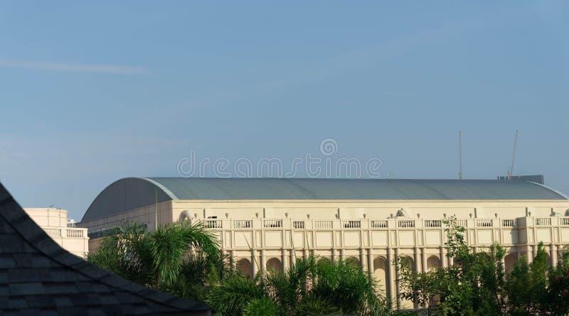 学校健身房大厦有曲拱弯曲的屋顶老牌在z 库存照片