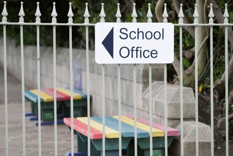 学校办公室方向箭头签到操场 免版税库存照片