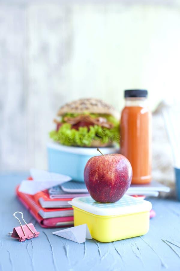 学校午餐和学校笔记本 安置文本 复制空间 免版税库存图片