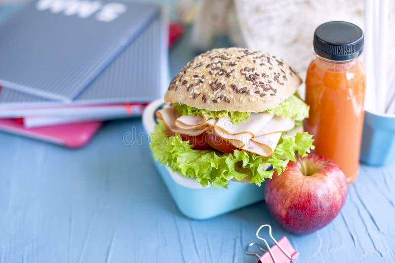 学校午餐和学校笔记本 安置文本 有眼睛和三明治的,水平的照片瓶 免版税库存图片