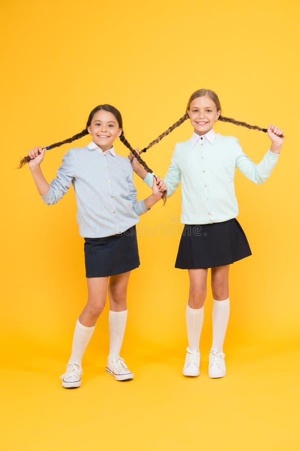 学校友谊 支持和友谊 问题联系 友好关系 友谊目标 逗人喜爱的学校女孩 库存照片