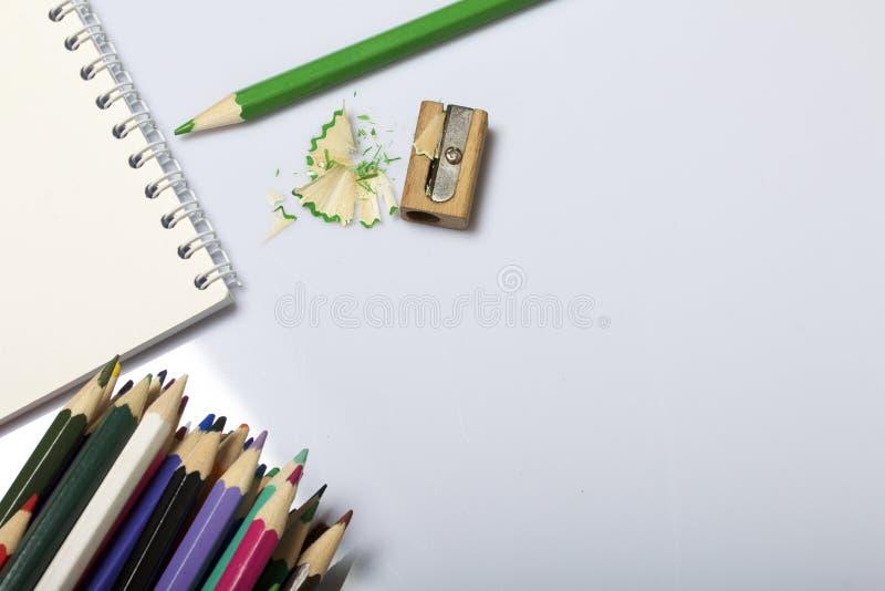 学校和教的文具 笔记薄和色的铅笔写和画的 有铅笔刮的铅笔刀 库存图片