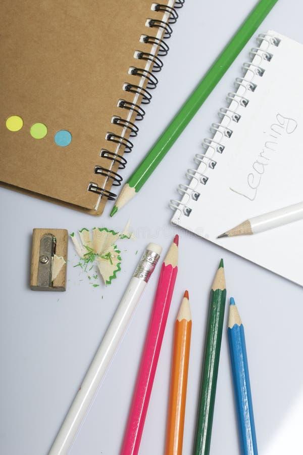 学校和教的文具 笔记薄和铅笔写和画的 有铅笔刮的铅笔刀 免版税图库摄影