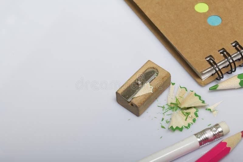 学校和教的文具 笔记薄和铅笔写和画的 有铅笔刮的铅笔刀 库存照片