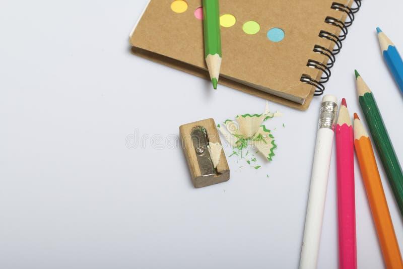 学校和教的文具 笔记薄和铅笔写和画的 有铅笔刮的铅笔刀 图库摄影