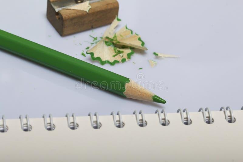 学校和教的文具 笔记薄和铅笔写和画的 有铅笔刮的铅笔刀 库存图片