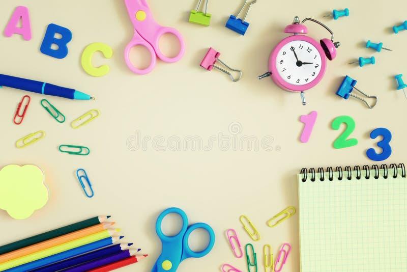 学校和文具在明亮的桌上驱散 在中心有题字的空的空间或 图库摄影
