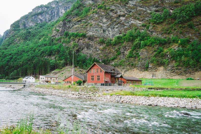 学校在村庄Flam在挪威 Flam村庄在Flamsdalen,Aurlandsfjorden的内端,分支松恩峡湾 ? 库存照片