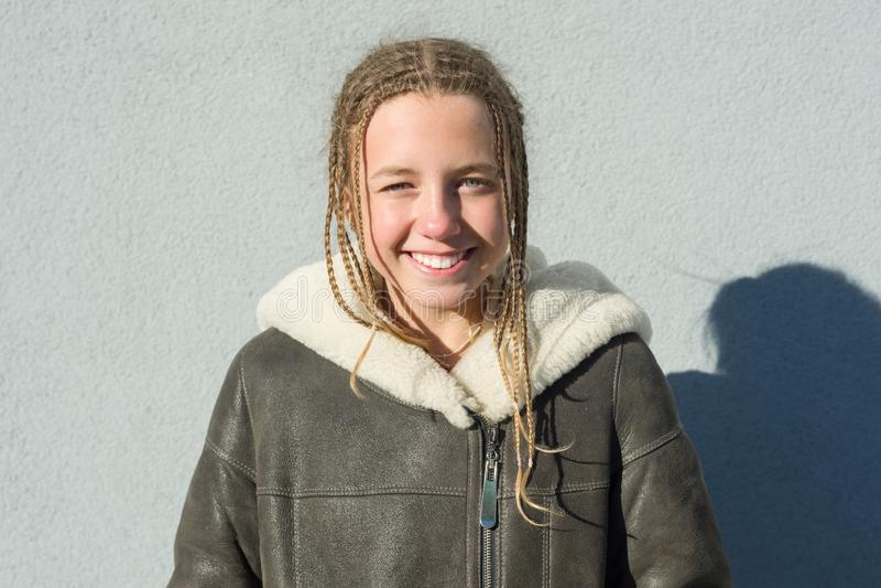 学校女孩一张室外冬天画象的特写镜头12,13岁 免版税图库摄影