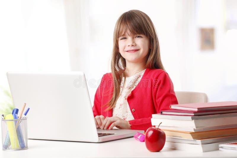 学校女孩和新技术 免版税库存图片