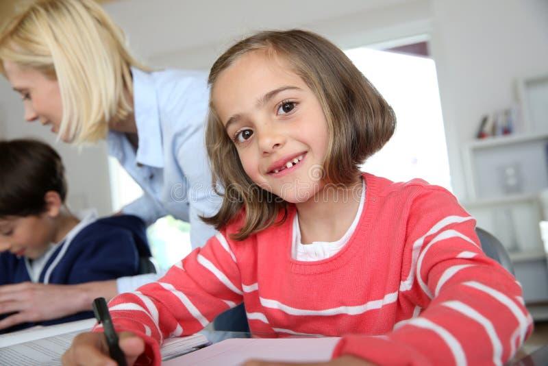 学校女孩在教室 免版税库存照片