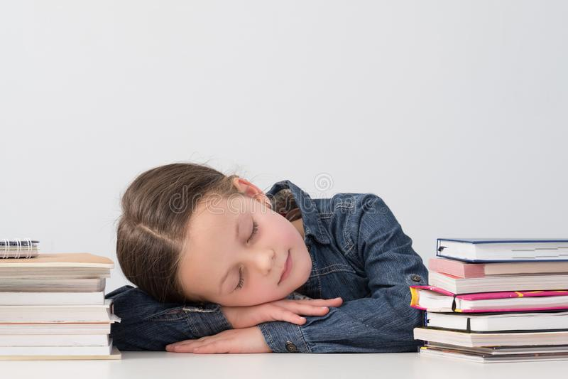 学校女孩生活方式孩子睡觉书架 库存图片