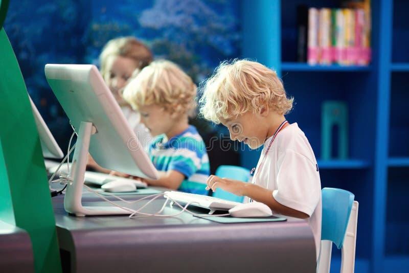 学校孩子的计算机类 孩子学习 库存图片