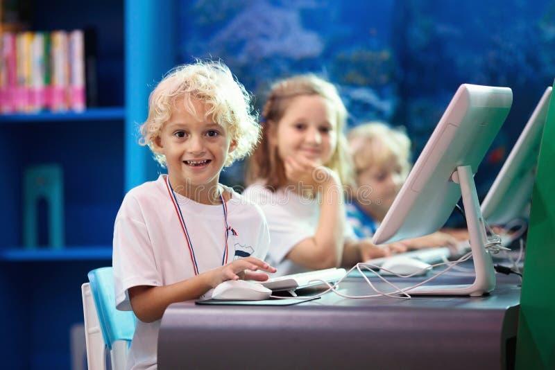 学校孩子的计算机类 孩子学习 免版税图库摄影
