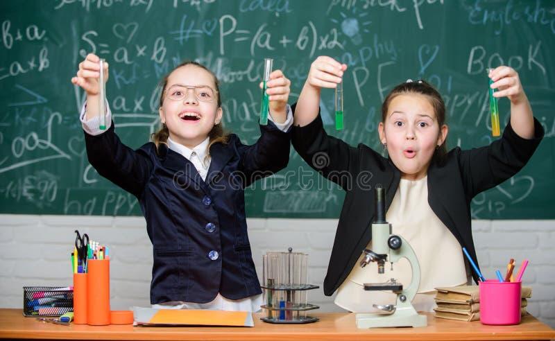 学校实验 女孩激动的校服证明他们的假说 为天才儿童的学校 健身房学生 免版税库存图片
