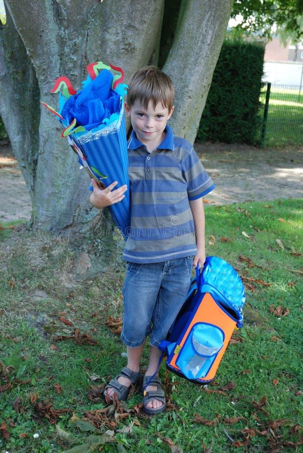 学校开始,男孩他的第一天在学校 图库摄影