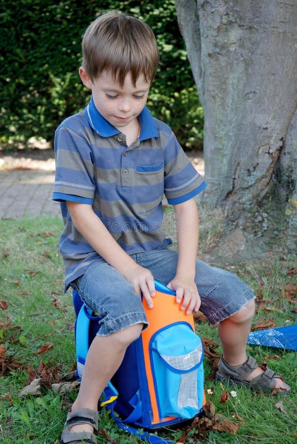 学校开始,男孩他的第一天在学校 免版税库存照片