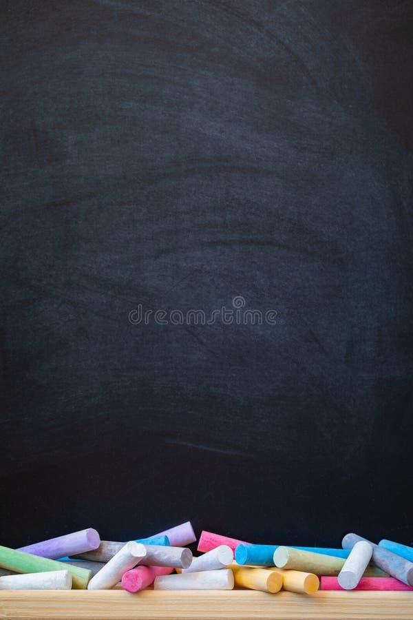 学校或学院与五颜六色的白垩的黑板背景,老师天,回到学校 库存照片