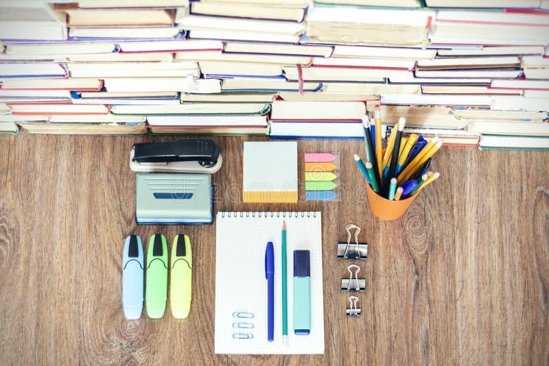 学校文具辅助部件-笔记本,与塑料持有人铅笔,笔,标志,纸夹,贴纸的习字簿堆, 图库摄影