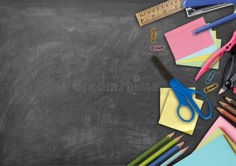 学校文具项目、笔记本和笔背景 库存照片