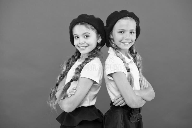 学校时尚概念 女小学生戴正式制服和贝雷帽帽子 精华学校学院 海外教育 申请 免版税库存图片