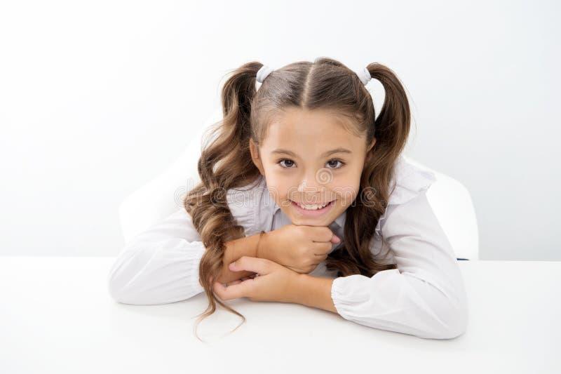 学校时间 与愉快的小孩子的学校时间 在白色隔绝的小孩子 库存图片