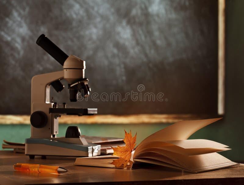 学校显微镜在教室 免版税库存图片