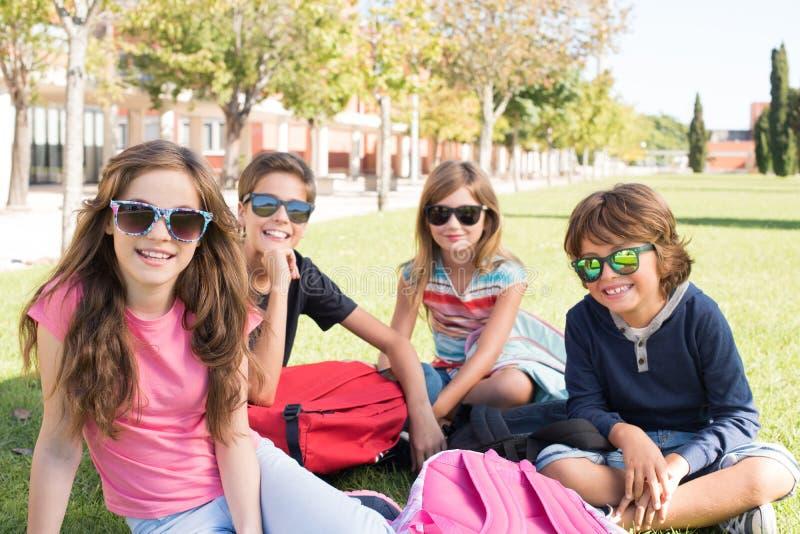 学校校园的小学生 图库摄影