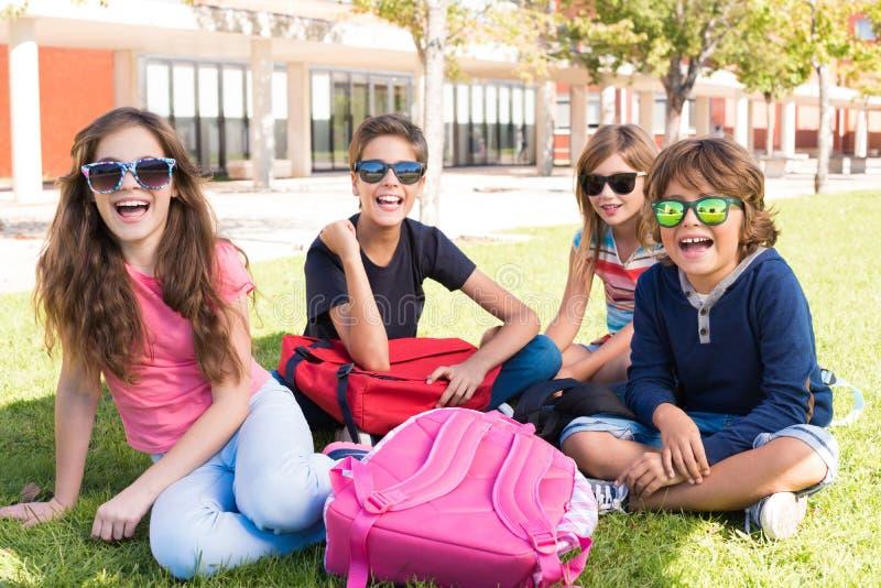 学校校园的小学生 免版税图库摄影
