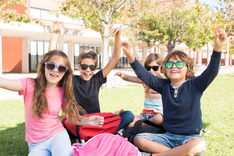 学校校园的小学生 免版税库存照片