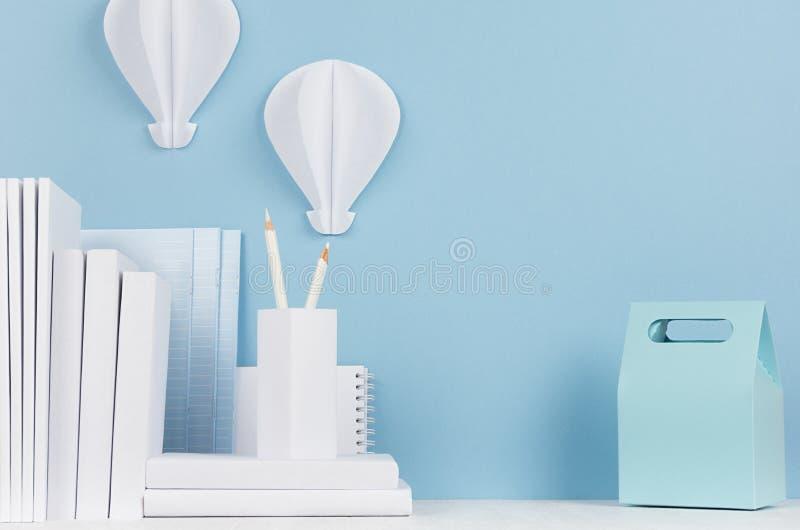 学校模板-白色文具和午餐盒在白色书桌和软的蓝色背景上 回到与拷贝spac的学校背景 免版税图库摄影
