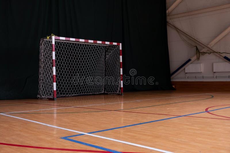 学校橄榄球大厅在学校 在健身房的小目标 体育馆背景 免版税库存照片