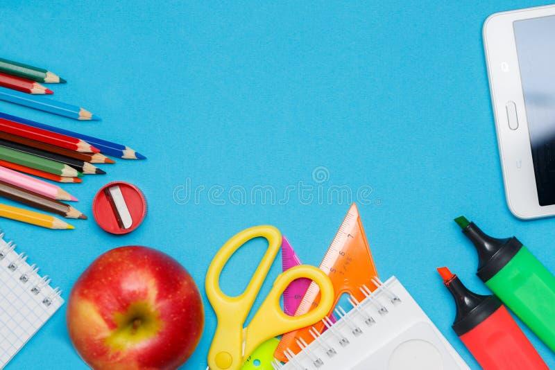 学校用品加倍边界反对蓝纸背景 库存照片