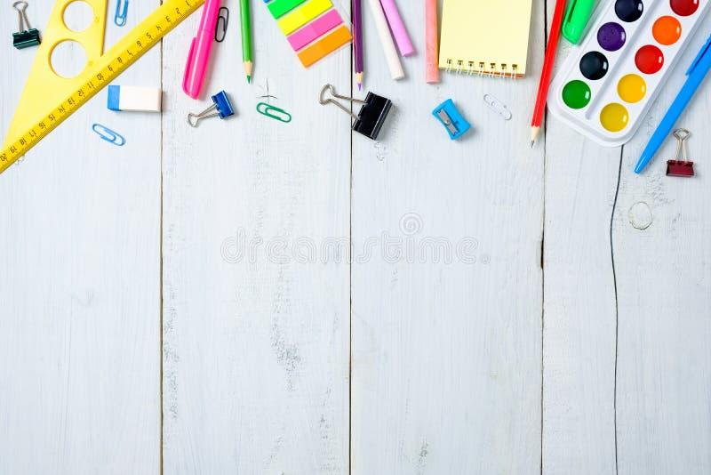 学校用品文具,颜色铅笔,油漆,在淡色蓝色木桌上的纸,回到学校背景概念以自由 库存图片