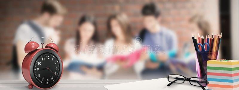 学校用品的综合图象在书桌上的 免版税图库摄影
