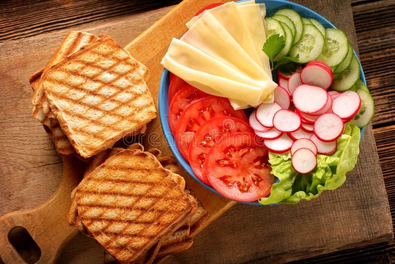 学校的健康午餐用菜三明治 库存图片