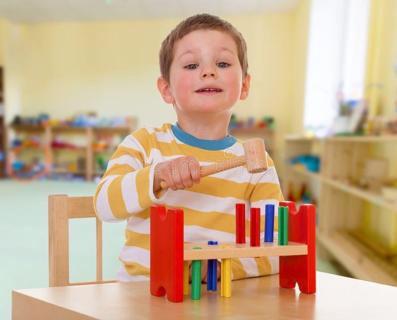 学校的小男孩蒙台梭利的 库存图片