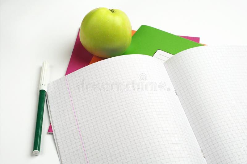 学校笔记本和毡尖的笔 图库摄影