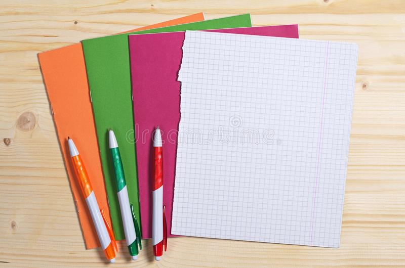 学校笔记本和笔 免版税库存图片